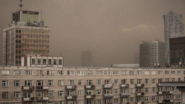 Chmura pylu i piasku niesiona przez wiatr