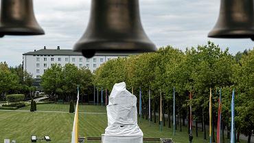 Licheń, zasłonięty pomnik przed bazyliką