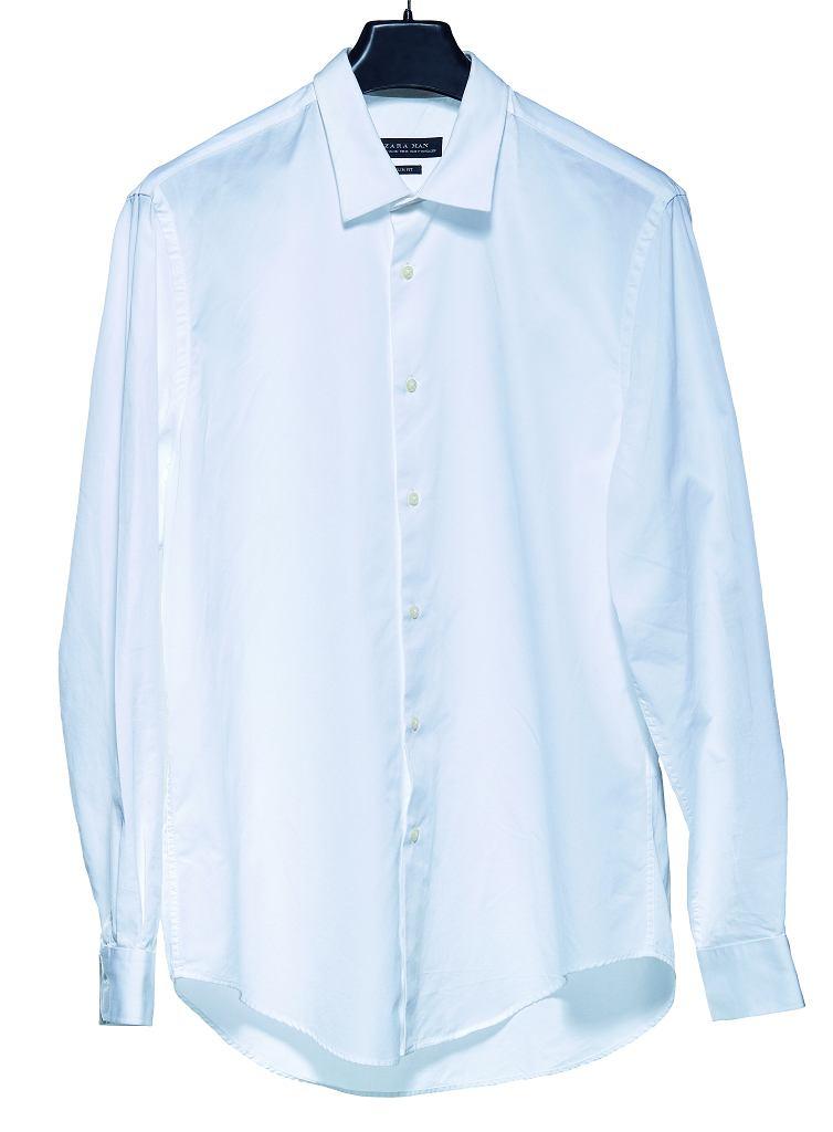 4 miejsce: Zara. Kołnierzyk ma kieszonki na fiszbiny, to duży plus. Guziki natomiast są płaskie i zbyt żółtawe. Niedopuszczalne w przypadku białej koszuli.