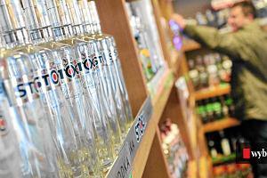 """Rynek alkoholi w trakcie pandemii. Najbardziej spadła sprzedaż """"małpek"""" z wódką"""