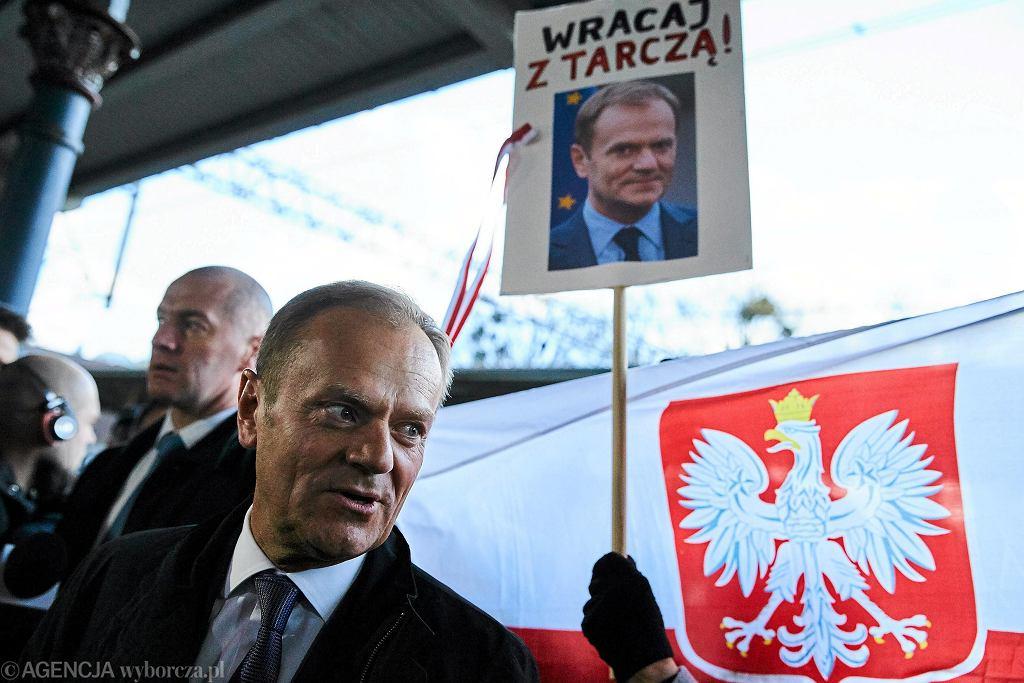 Donald Tusk, przewodniczący Rady Europejskiej w drodze na przesłuchanie w warszawskiej prokuraturze wojskowej.