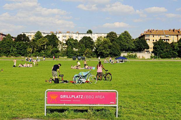 Fragment terenu byłego lotniska Tempelhof przeznaczony na miejsce do grillowania, Neukölln, Berlin