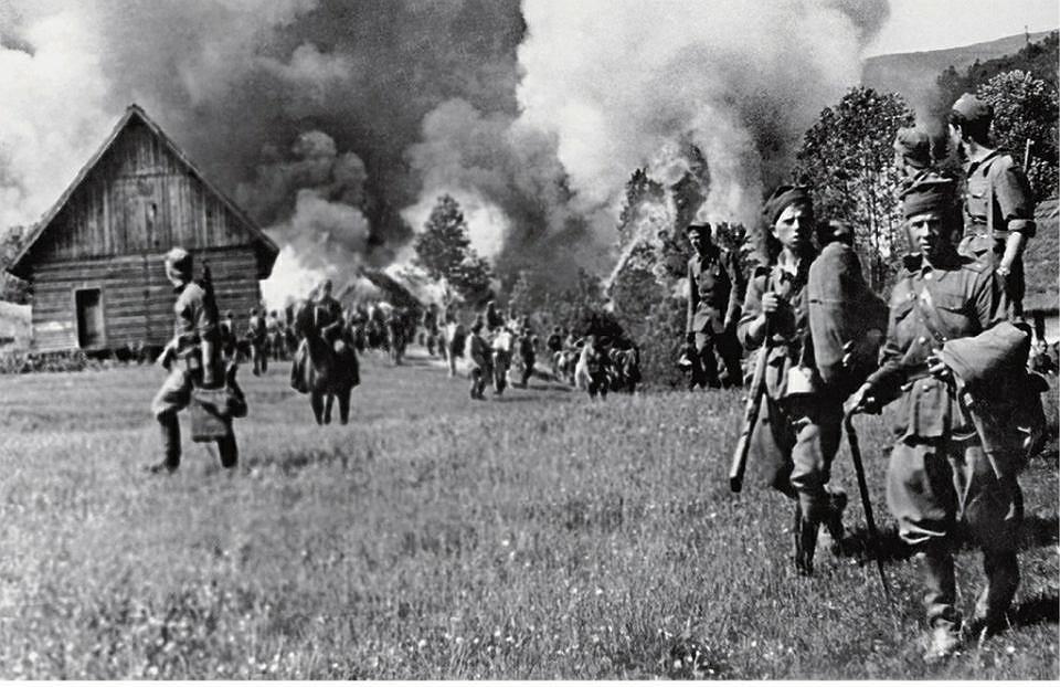 Żołnierze Wojska Polskiego w czasie wysiedleń Ukraińców z Bieszczad podczas akcji 'Wisła' w 1947 r.