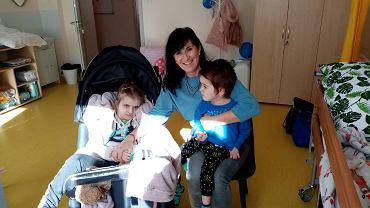 Dom Opieki Wyręczającej w Żmigrodzie. Fizjoterapeutka Agata Pustuła z podopiecznymi Wrocławskiego Hospicjum dla Dzieci: Hanią i Szymonem