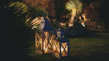 Lampion do ogrodu - sprawdź 5 pomysłów na zewnętrzne światło. Zdjęcie ilustracyjne