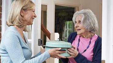 Przygotowanie i ustalenie z góry, co który z gości przynosi, może być gestem grzeczności, życzliwej przysługi i wsparcia.