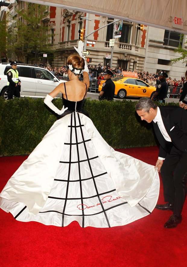 """Television executive and personality Andy Cohen and Sarah Jessica Parker arrive at the Metropolitan Museum of Art Costume Institute Gala Benefit celebrating the opening of """"Charles James: Beyond Fashion"""" in Upper Manhattan, New York May 5, 2014.  REUTERS/Carlo Allegri (UNITED STATES  - Tags: ENTERTAINMENT FASHION)"""