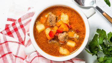 Zupa gulaszowa po węgiersku przypomina tradycyjny gulasz, który zwykle jest jadany razem z kaszą, ziemniakami lub plackami ziemniaczanymi