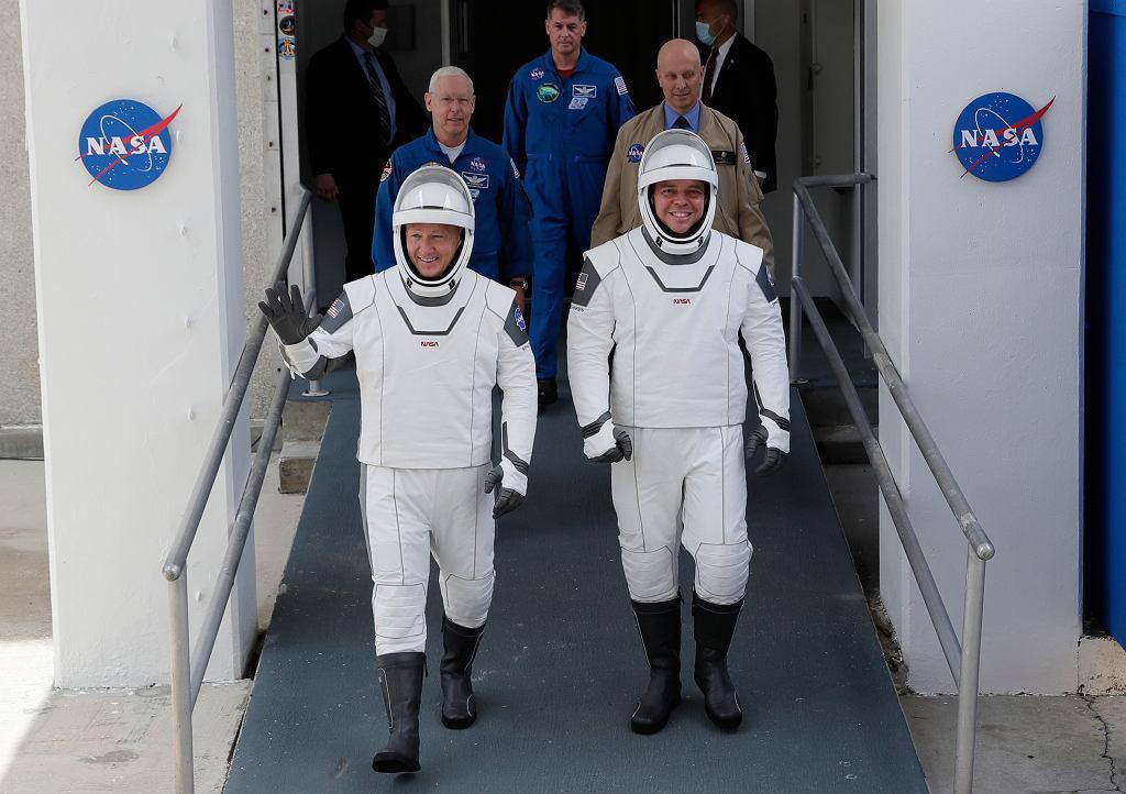 Astronauci NASA Douglas Hurley (z lewej) i Robert Behnken.