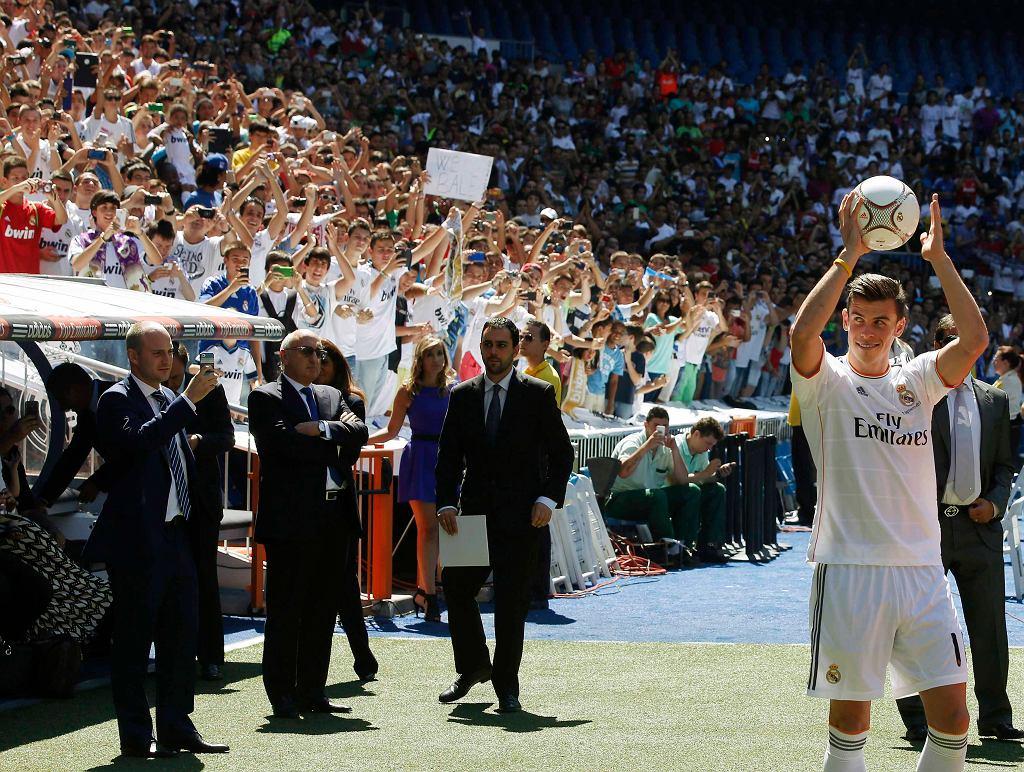 Bale wychodzi na płytę Santiago Bernabeu. Przez cały czas widać było, że podoba mu się to, czego doświadcza. Uśmiech nie schodził skrzydłowemu z ust.