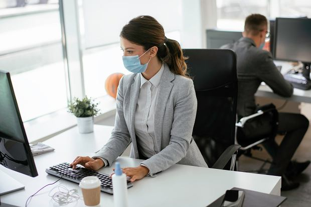 Na ile szczepienia przyspieszą powrót do biur? Sprawdzamy