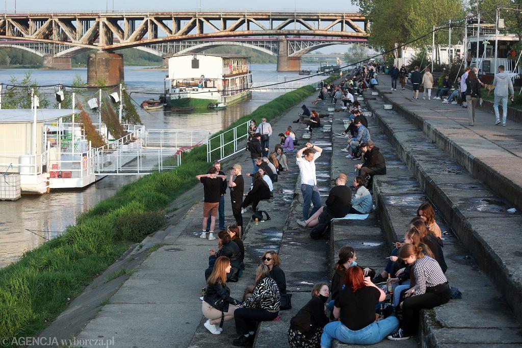 Ostatnie przygotowania do 'godziny zero'. Ogródki piwne zostaną otwarte o północy (z 14 na 15.05 rząd luzuje część obostrzeń). Warszawa, Bulwary Wiślane, 14 maja 2021