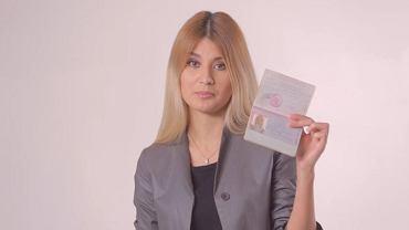 Bohaterka jednego z nagrań, Alisa Komm, pokazuje swój paszport - i powtarza, że kocha Ukrainę