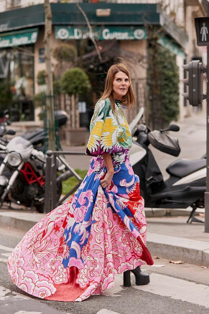 Anna Dello Russo w butach na platformie i długiej sukience