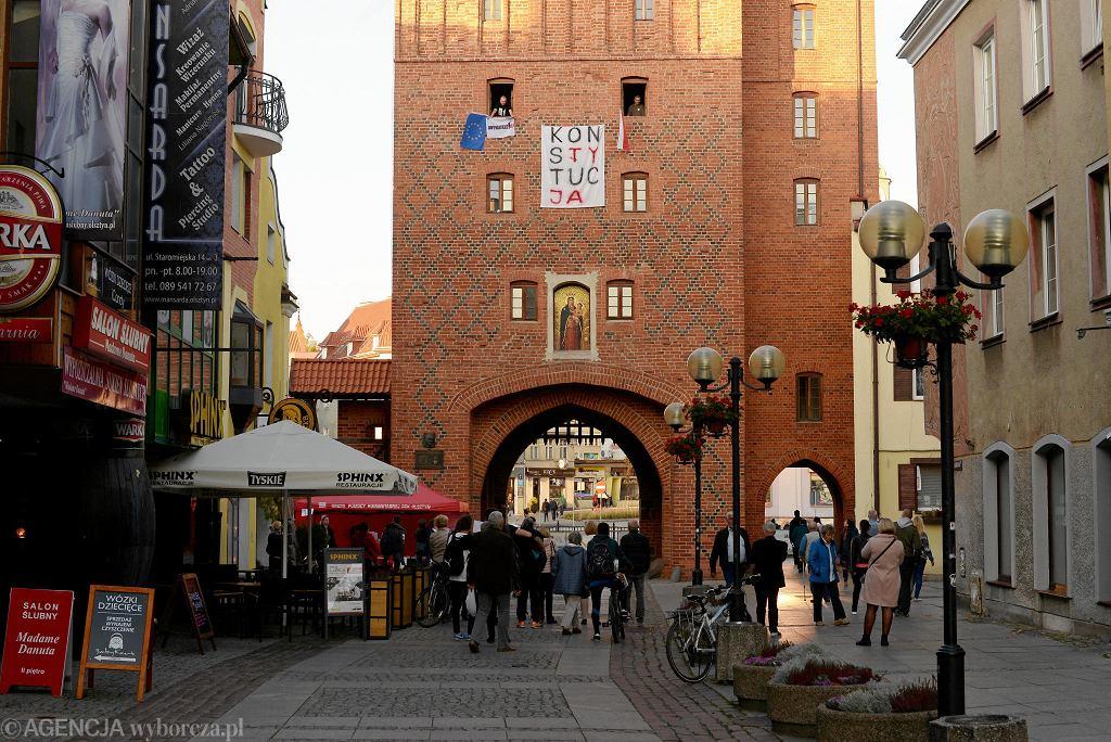 Protest zorganizowany na Wysokiej Bramie w Olsztynie przez lokalnych działaczy grypy Obywatele RP w proteście przeciwko zaprzysiężeniu przez prezydenta Andrzeja Dudę sędziów Sądu Najwyższego