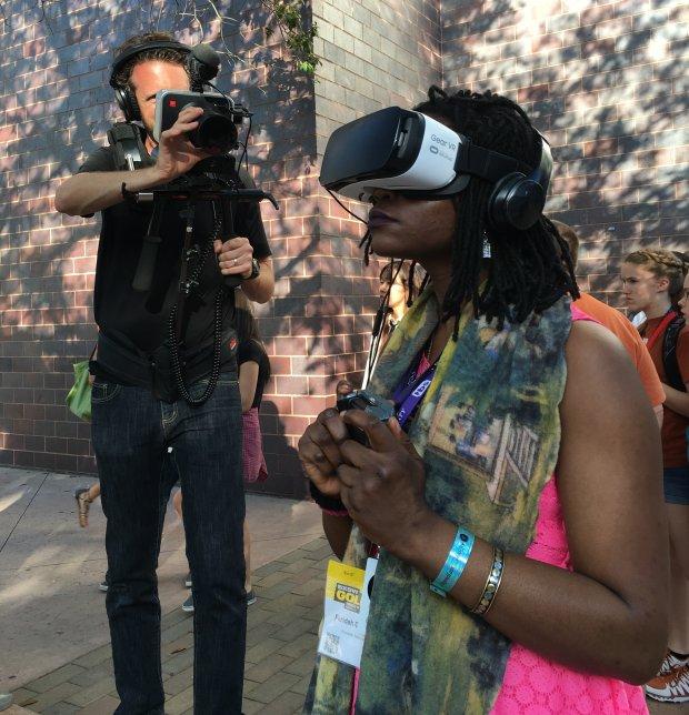 Na SXSW będzie wirtualna rzeczywistość jest wszędzie. Hostessy na rogach ulic zamiast ulotek, na chwilę wręczają przechodniom do wypróbowania Gear VR - urządzenia Samsunga, do wirtualnej rzeczywistości