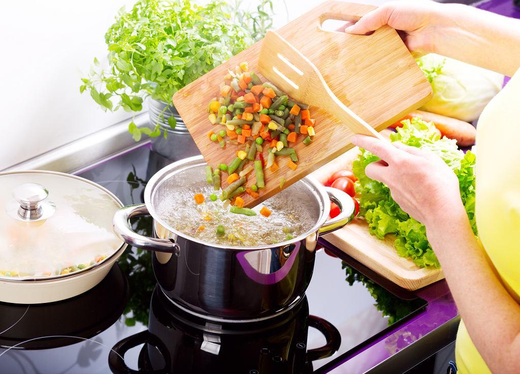To, ile gotować warzywa, takie jak brokuły czy ziemniaki, zależy od wielu czynników. Gdzie szukać porad na ten temat? W poradniku dla początkujących kucharzy!