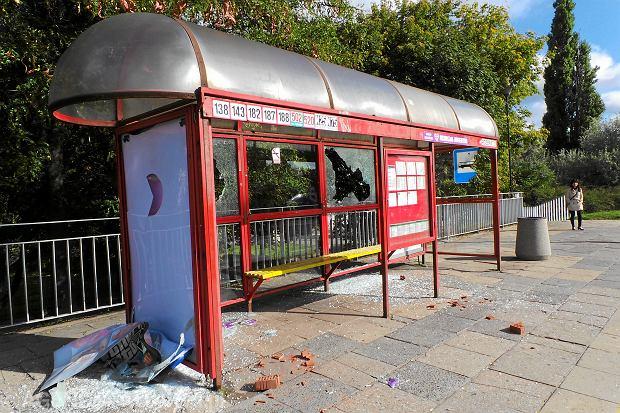 QZniszczony przez nieznanych sprawcow przystanek komunikacji miejskiej w Warszawie