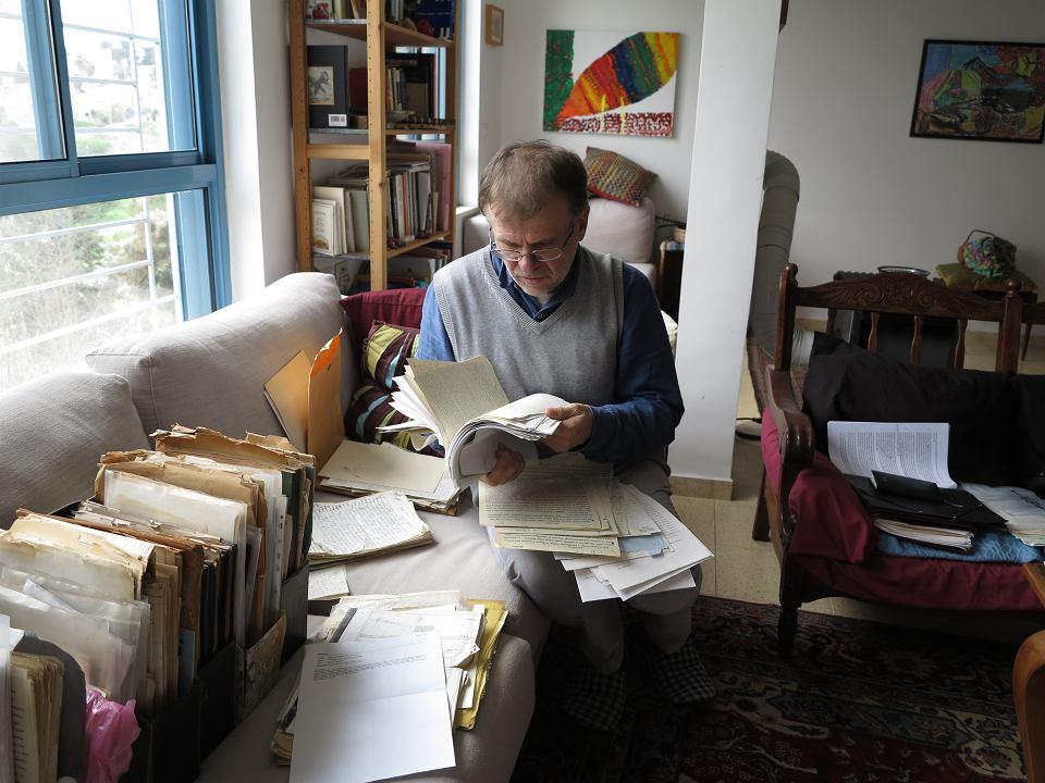 Dziennikarz Andrzej Niziołek z listami Noacha Lasmana