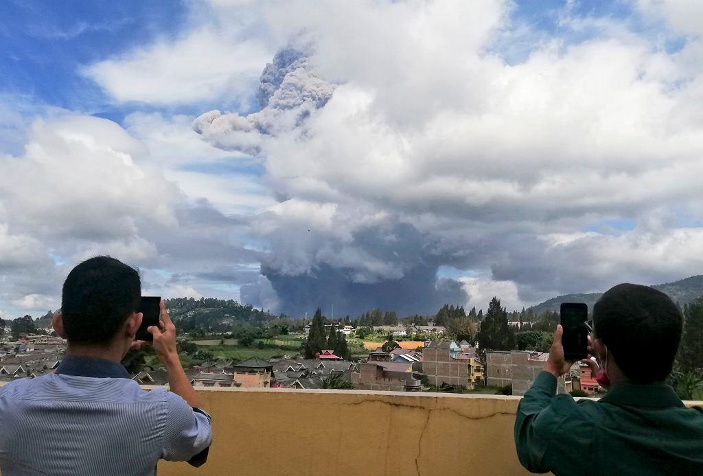 Erupcja indonezyjskiego wulkanu Sinabung
