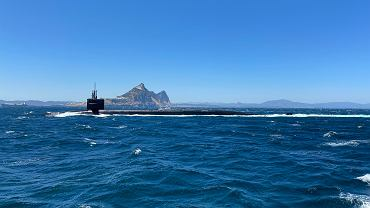 USS Alaska na tle Gibraltaru