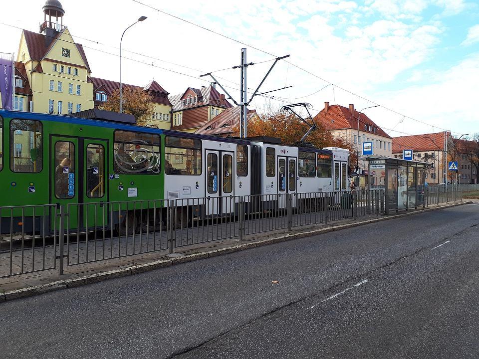 Tramwaj linii 5 na przystanku w sąsiedztwie stadionu Pogoni