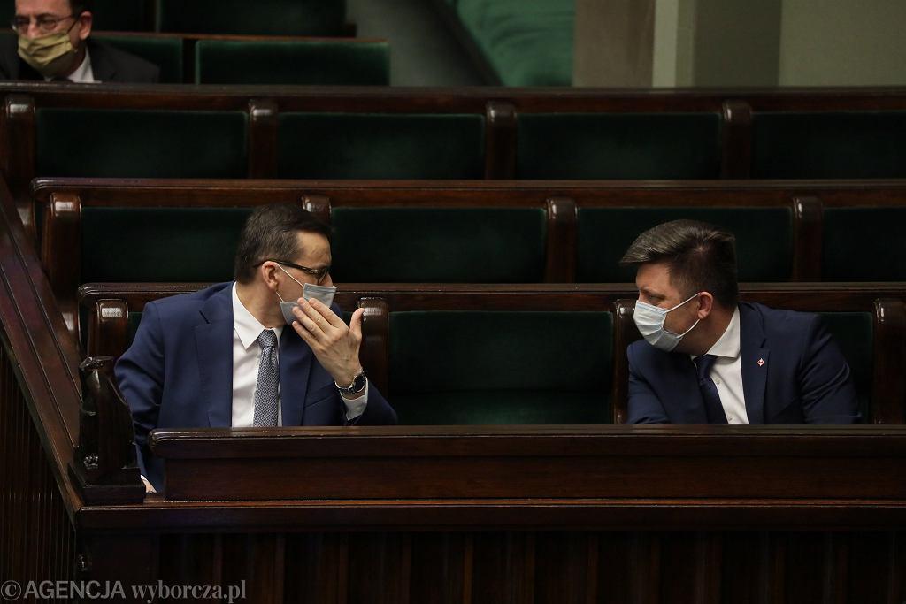 Premier Mateusz Morawiecki i minister Michał Dworczyk w Sejmie