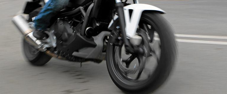 Wielkopolskie. Motocyklista wjechał w grupę ludzi. Siedem osób jest rannych