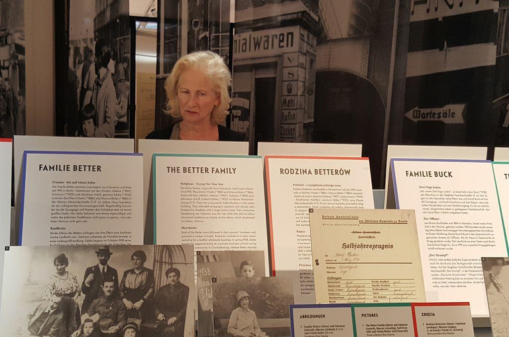 Jaqueline Hopp, córka Gerharda Kleina, ogląda w berlińskim Centrum Judaicum wystawę 'Ausgewiesen!' (Wydaleni) poświęconą Żydom deportowanym jesienią 1938 r.  z hitlerowskich Niemiec