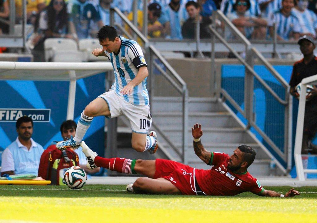 Lionel Messi ucieka irańskim obrońcom