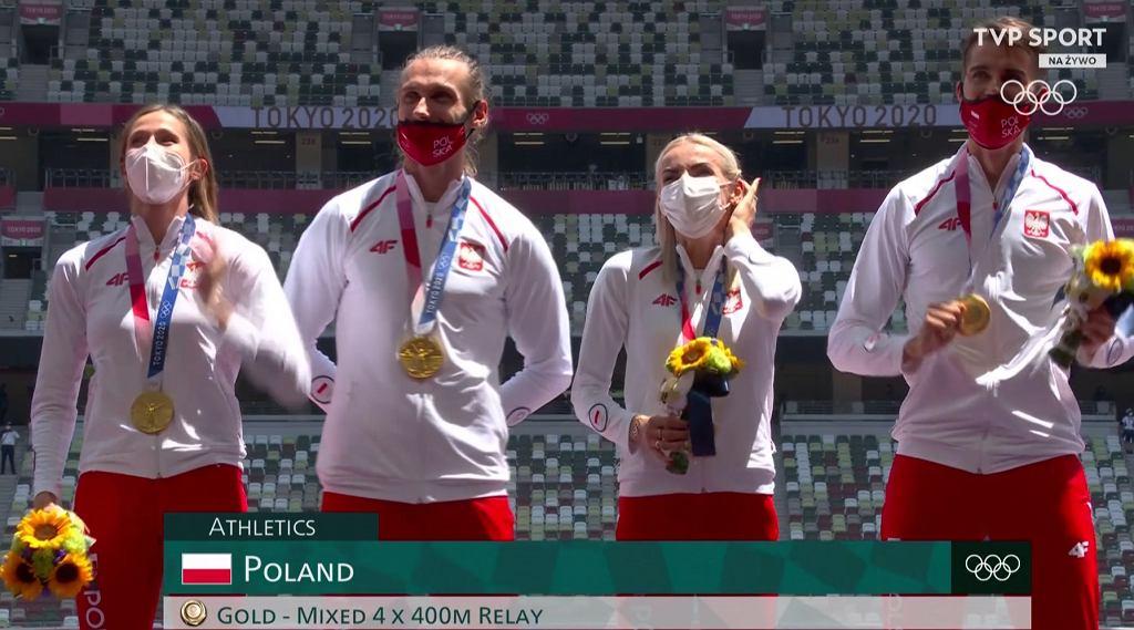 Złota polska sztafeta 4x400 metrów odbiera medale na igrzyskach w Tokio