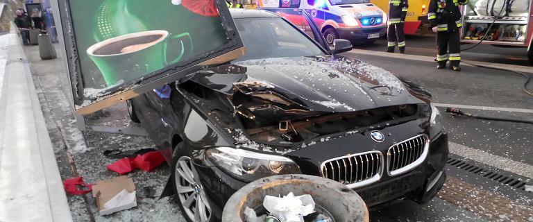 BMW wjechało w przystanek przy placu Zamkowym w Warszawie. Ranni