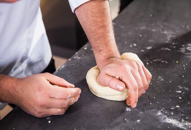 Zagniecione ciasto powinno być idealnie gładkie i elastyczne.
