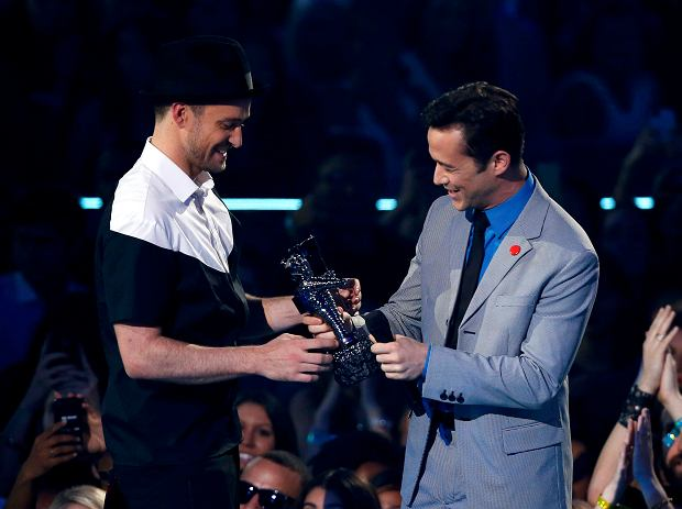 "REFILE - CORRECTING TYPO IN ACTOR'S LAST NAME    Justin Timberlake (L) accepts the video of year award for ""Mirrors"" from presenter Joseph Gordon-Levitt during the 2013 MTV Video Music Awards in New York August 25, 2013.  REUTERS/Eric Thayer      (UNITED STATES  Tags: ENTERTAINMENT)(MTV-SHOW)"