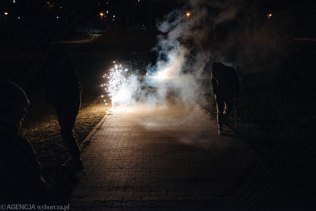 Odpalanie petard (zdjęcie ilustracyjne)