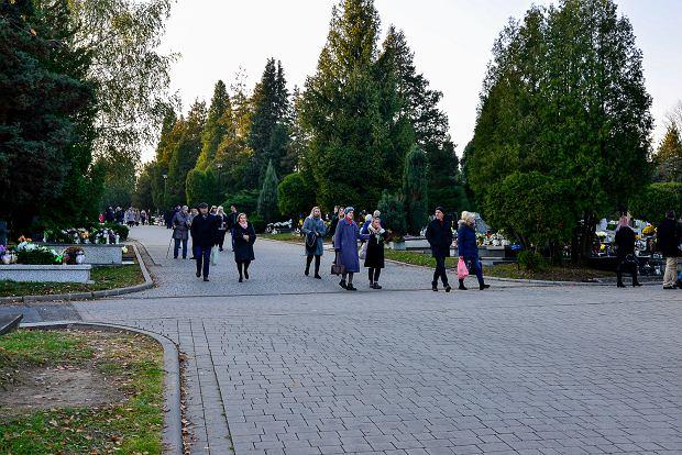 Zdjęcie numer 4 w galerii - 1 listopada w Bielsku-Białej. Kwiaty, wieńce i znicze na grobach [ZDJĘCIA]