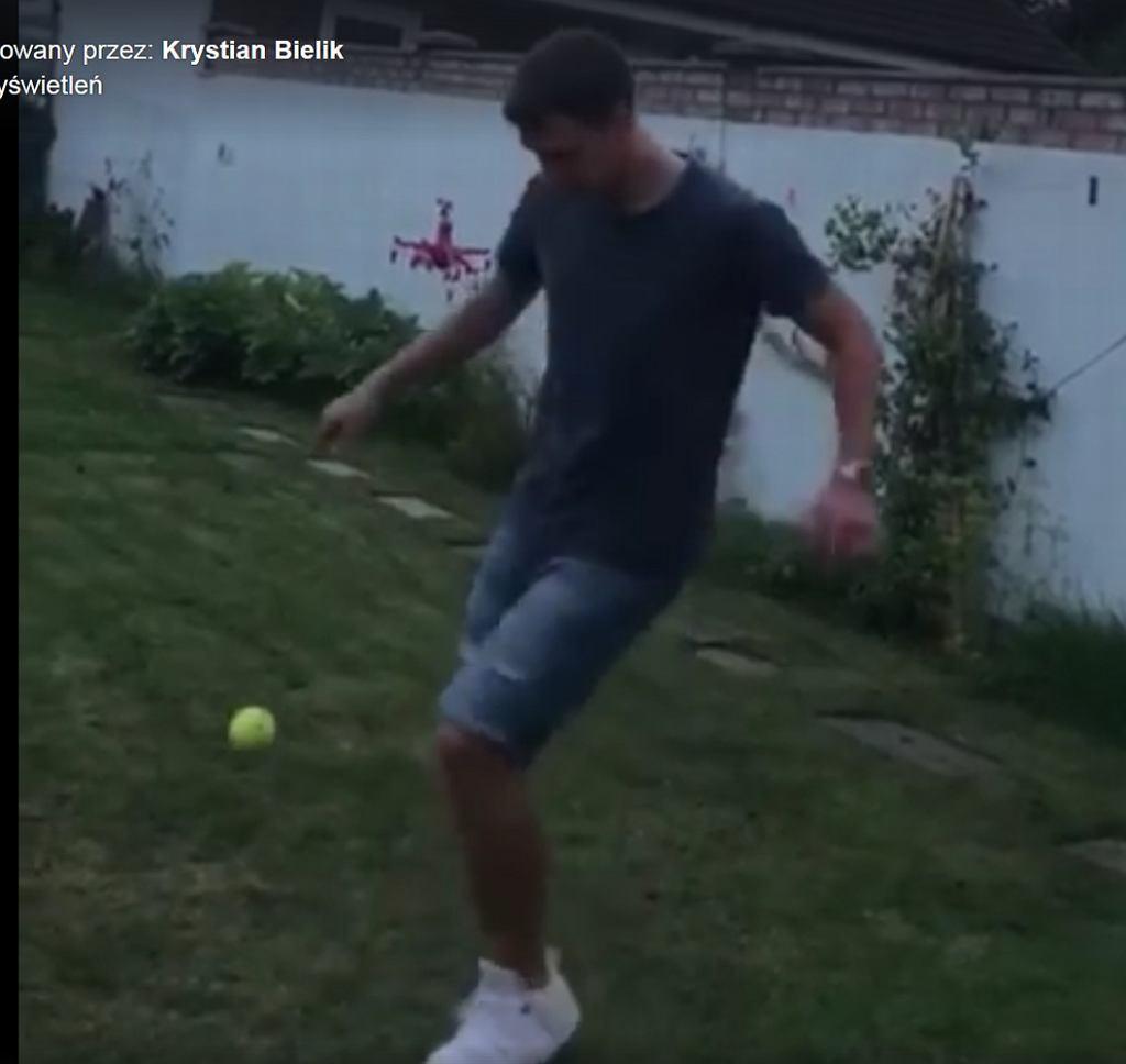 Krystian Bielik żonglujący piłką do tenisa