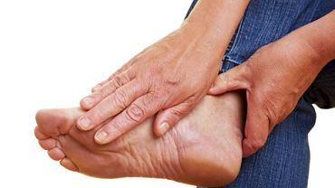 Ból wywołany ostrogą piętową utrudnia, a niekiedy całkowicie uniemożliwia chodzenie