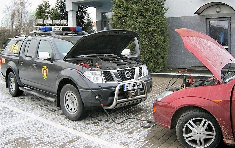 Straż Miejska pomaga kierowcom uruchomić auta