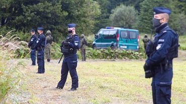 Straż Graniczna, wojsko i policja przetrzymywali pod gołym niebem grupę uchodźców z Afganistanu i Iraku. Nie wpuszczali ich, nie przyjmowali od nich próśb o udzielenia azylu, nie dopuszczali do nich lekarzy, organizacji pomocowych, przedstawicieli mediów... Granica polsko-białoruska, Usnarz Górnym, 24 sierpnia 2021