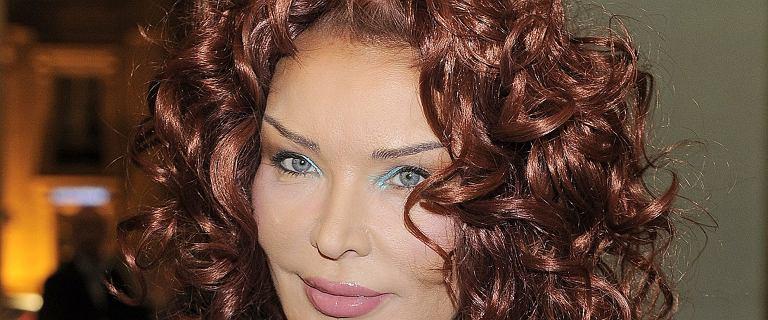 Eva Minge na zdjęciu sprzed 30 lat. Burza rudych włosów, gustowny sweterek i poważna mina