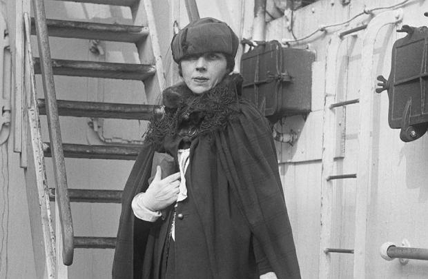Z Europy do Ameryki. Djuna Barnes powraca do Nowego Jorku z Europy na pokładzie SS 'Lorrain' po wakacjach we Francji. Żyła życiem różnych postaci, w każdym mieście innej