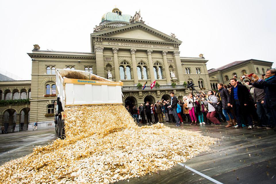 Performance w Bernie z okazji zebrania 125 tysięcy podpisów pod petycją w sprawie dochodu podstawowego. Wysypano 8 milionów monet 5-centymowych.