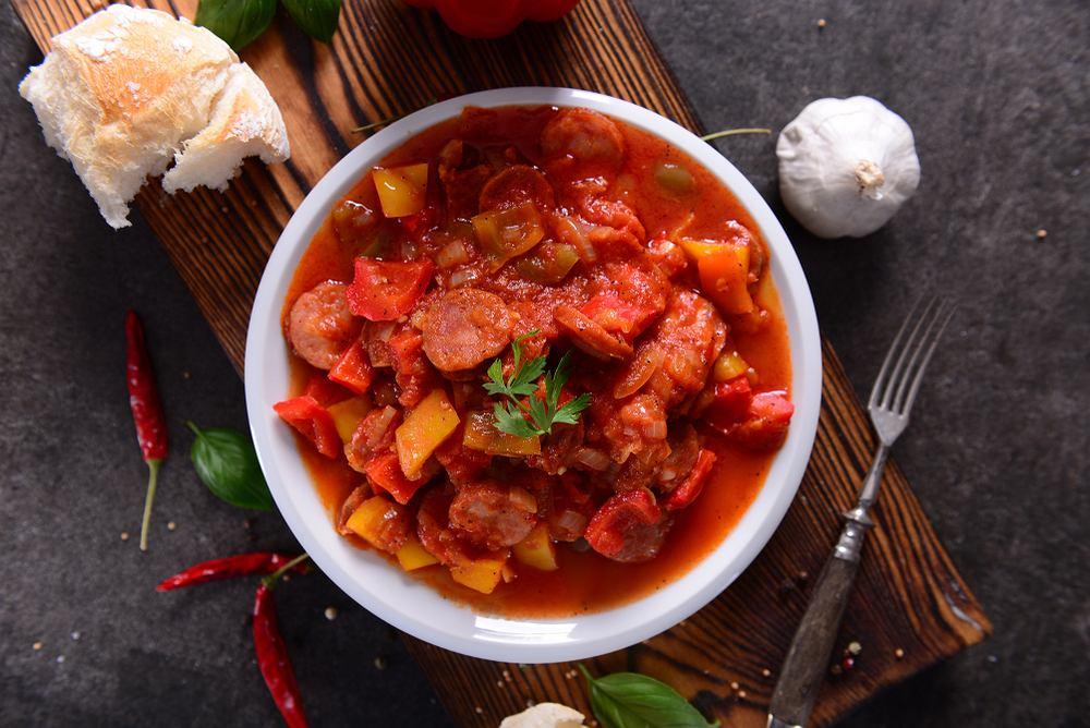 Leczo to potrawa, która swoje korzenie ma w kuchni węgierskiej.