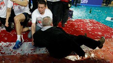 Marszałek Mirosław Karapyta, podczas ceremonii dekoracji Asseco Resovii, poślizgnął się na mokrej wykładzinie