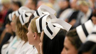 Uroczystość czepkowania pielęgniarek i położnych na Wydziale Lekarskim Uniwersytetu Warmińsko Mazurskiego. Olsztyn, 10 listopada 20111