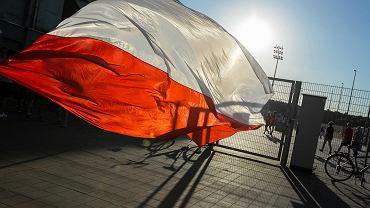 Polska - Chile 2:2 w Poznaniu. Flaga to podstawowy atrybut kibica reprezentacji obok koszulki i szalika