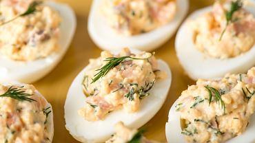 Jajka faszerowane to bardzo prosta przystawka, która cieszy się popularnością podczas każdej imprezy.