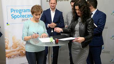 Przedstawiciel Ligi Ochrony Przyrody Danuta Chodyniecka i dyrektor Koszalińskiej Agencji Rozwoju Regionalnego Natalia Wegner podczas podpisania umów z beneficjentami Programu Społecznik
