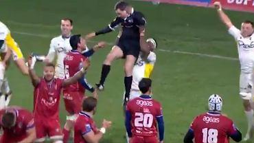 Gracz rugby podniósł sędziego